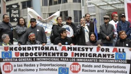 Políticos hispanos se movilizan a proteger derechos de inmigrantes de Chicago