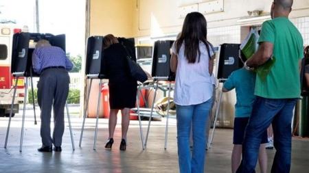 Cambio en sistema electoral en Iowa excluiría a minorías, según oponentes