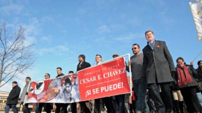 Marchan en celebración de 90 años de César E. Chávez