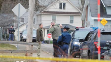 Un hombre se entrega, otro huye en tiroteo con policía