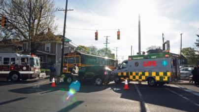 Niños escolares lesionados en choque entre autobús escolar y camioneta