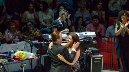 Cristian Castro le pide matrimonio a su novia en la mitad de un concierto