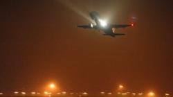 Suspende operaciones el aeropuerto de Newark por incendio en motor de avión