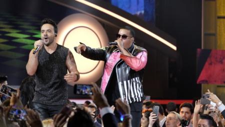 """""""Despacito"""" reina en las listas de EE.UU. y se acerca al récord de """"Macarena"""""""