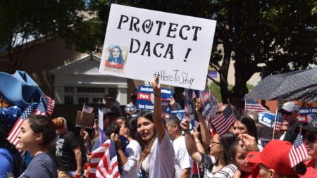 """Juez ordena restaurar estatus de DACA a """"soñadora"""" en riesgo de deportación"""