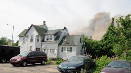 Incendio destruye casa y edificio comercial en S. Division