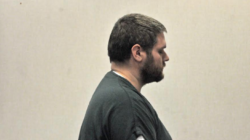 Profesor acusado de intentar matar a esposa y violar a una menor apareció en corte