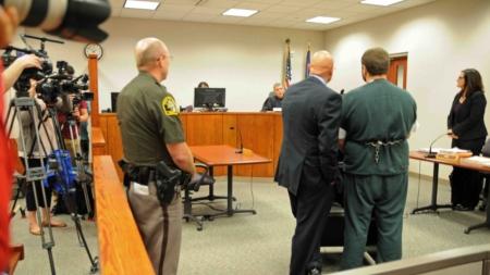 Maestro acusado de tratar de matar esposa y violar una menor apareció en corte