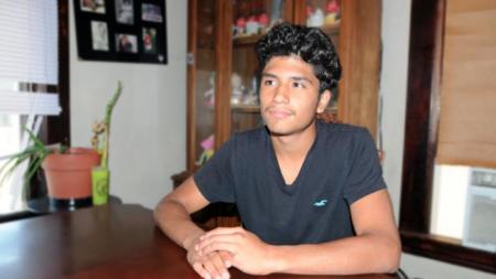 Joven hispano comparte día que ICE llegó a su casa