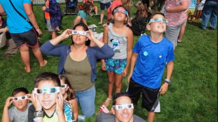 Miles ven eclipse solar en Museo Público de GR