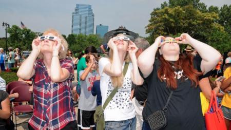 Miles observaron eclipse solar en Museo Público de GR