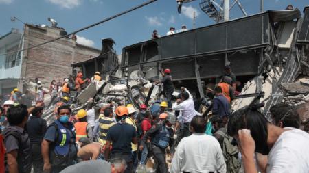 Equipos de emergencia se esfuerzan por rescatar personas atrapadas