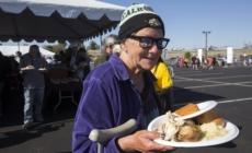 Voluntarias dan de comer a 2.000 personas en Arizona por Acción de Gracias