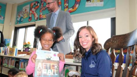 1,750 alumnos de GRPS reciben sorpresa, regalo de propio libro