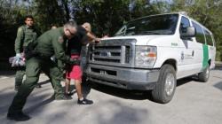 Encuentran 12 indocumentados en camión conducido por estadounidense en Texas