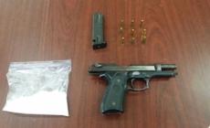 Drogas y pistola encontradas en parada de tránsito