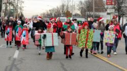 Desfilan para iniciar temporada navideña en Wyoming