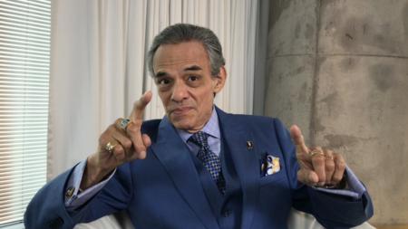 El cantante José José llega a Miami y es hospitalizado
