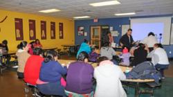 Padres hispanos escuchan como proteger a sus hijos del plomo