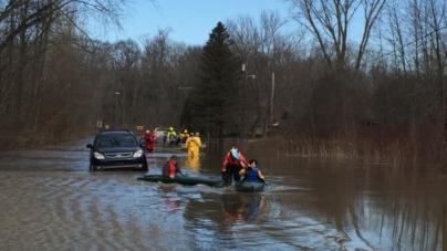 Guardacostas ayudan en rescates de inundaciones en SW Michigan