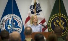 Secretaria de DHS visita frontera y dice que aumentarán efectivos militares