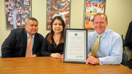 """Fiscalía recibe """"Excelencia en Acción"""" por crear programa para hispanos"""