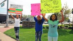 Jóvenes protestan sobre acoso estudiantil