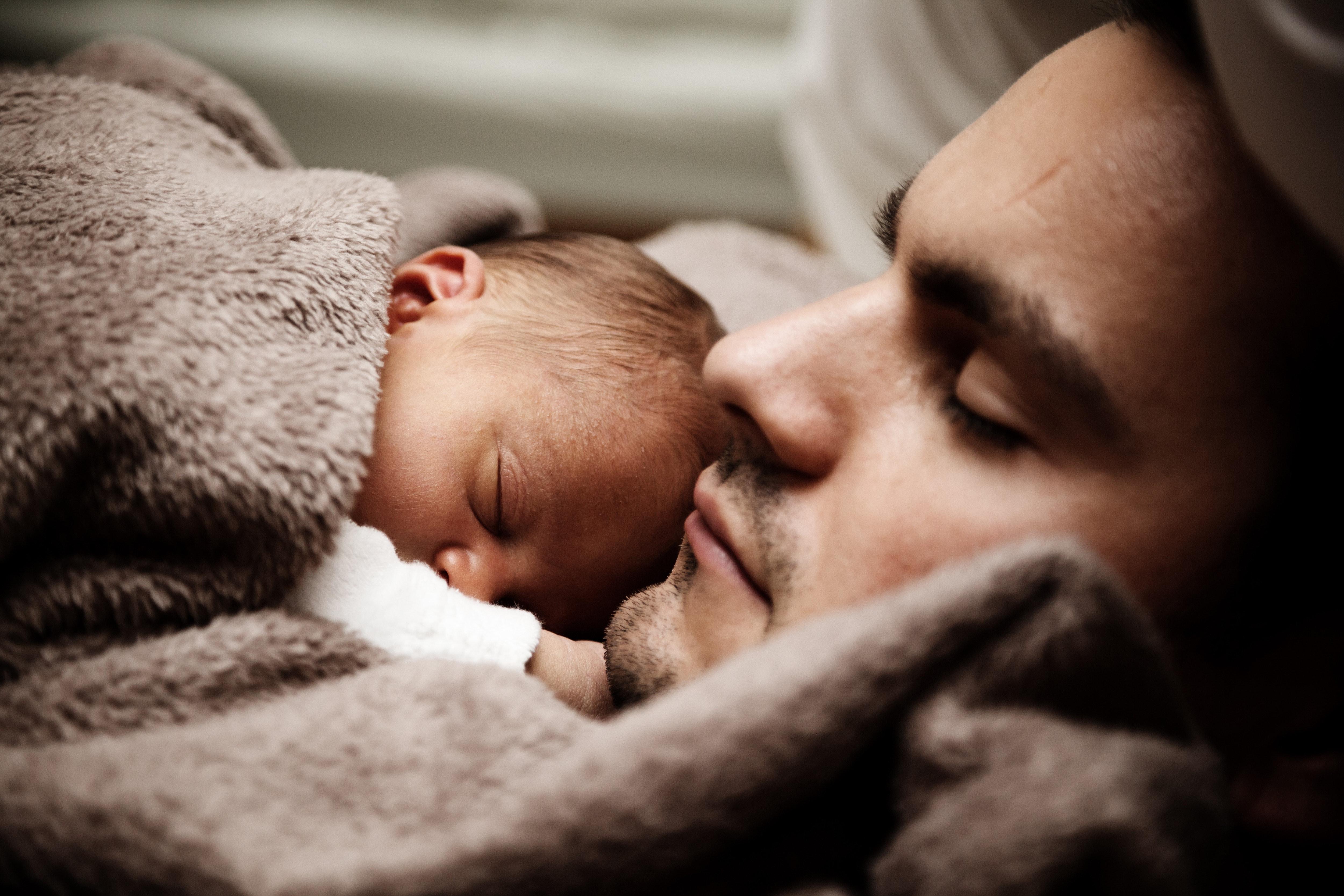 Licencias de paternidad aportan beneficios a las familias