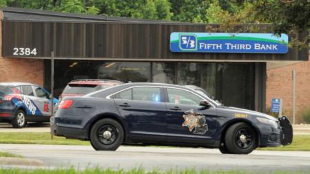 Policía busca asaltantes de banco en Byron Center