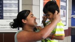 Indocumentada se reúne con su hijo de tres años que demora en reconocerla
