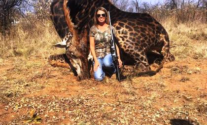 Indignación por cazadora posando junto a jirafa muerta