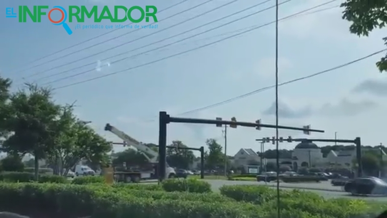 GRÚA ROMPE CABLES ELÉCTRICOS Y TUMBA UN SEMÁFORO
