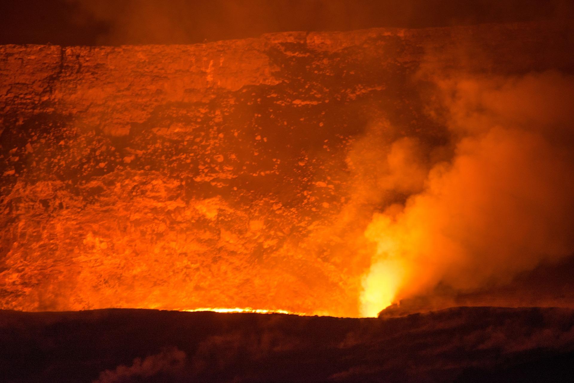 Explosión de lava del KILAUEA alcanza a una lancha turística y salen heridos al menos 13 personas (VIDEO)