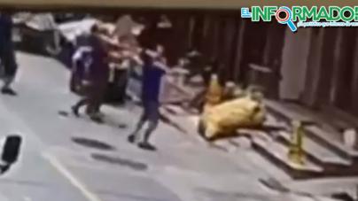 Dos trabajadores Chinos terminan con fracturas de brazo al salvar a una niña de estrellarse.