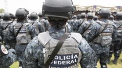 Policía ataca por la espalda a motociclista durante pelea callejera