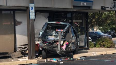 Impactante accidente automovilístico en banco