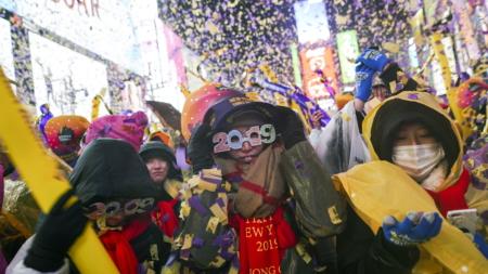 Miles de personas dan la bienvenida a 2019 bajo la lluvia en Times Square