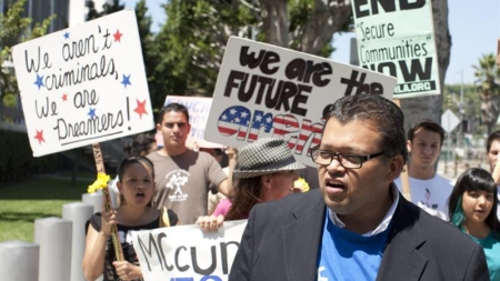 Áreas con más latinos estarían apoyando colaboración con ICE, revela estudio