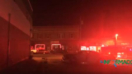 Fuego consume vehículo en par de minutos en estacionamiento de supermercado en Grand Rapids, MI.