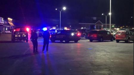 Asesinan a tiros a joven de 17 años en centro comercial.