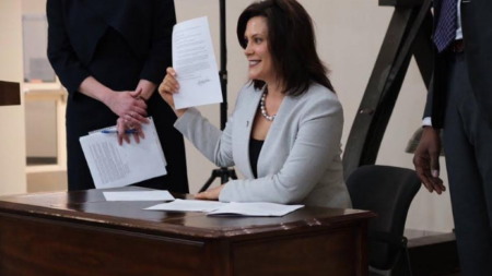 Whitmer firma dos órdenes pro medio ambiente