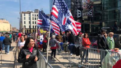 Latinos hacen fila para apoyar a Donald Trump