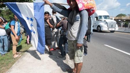 Miles de migrantes centroamericanos avanzan por el sureste de México
