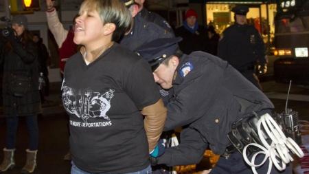 ICE reduce arrestos y deportaciones por la crisis en la frontera