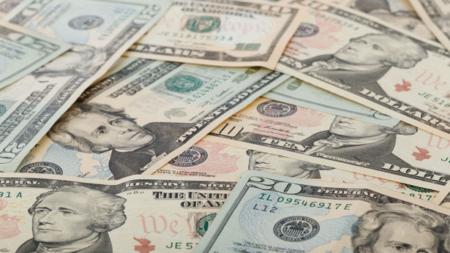 Llueve dinero en Michigan, hombre tira por accidente 30,000 dólares en la carretera