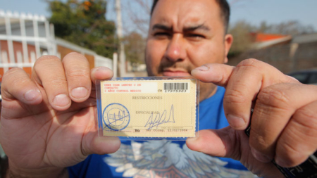 Firman ley para dar licencias de conducir a indocumentados