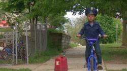 Niño se disfraza de policía para combatir a los conductores a exceso de velocidad
