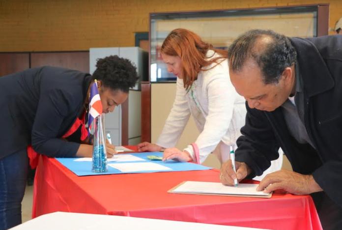 Comunidad Dominicana recauda firmas solicitando consulado