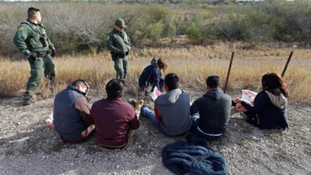 """Organización de jóvenes lanza un """"rastreador de abusos"""" contra los migrantes"""