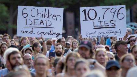"""Miles protestan en Chicago contra las """"crueles e inhumanas"""" redadas de Trump"""